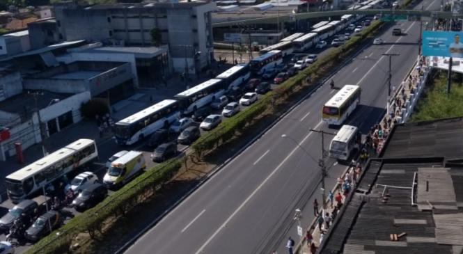 Protesto contra Veleiro acaba com ônibus depredados e confronto com a PM