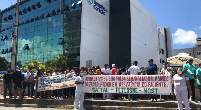 Auxiliares e técnicos em enfermagem protestam na porta do Hospital do Coração