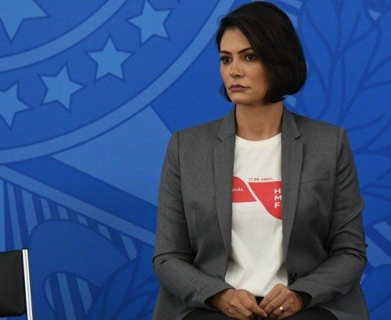 Michelle Bolsonaro vai à polícia para censurar música 'Micheque' da banda Detonautas