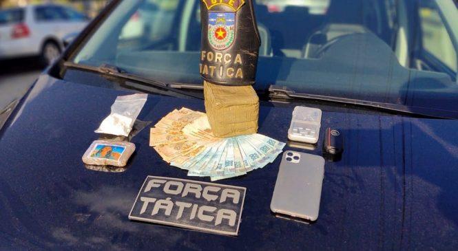Flagrado com drogas, suspeito tenta subornar PMs com quase R$ 2 mil em Maceió