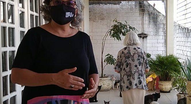 Lenilda Luna conversa com moradores sobre animais abandonados no bairro do Pinheiro