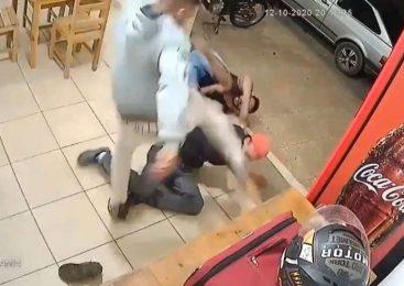 Vídeos: Motoboy dá surra em dois 'bombados', após receber ameaças em restaurante