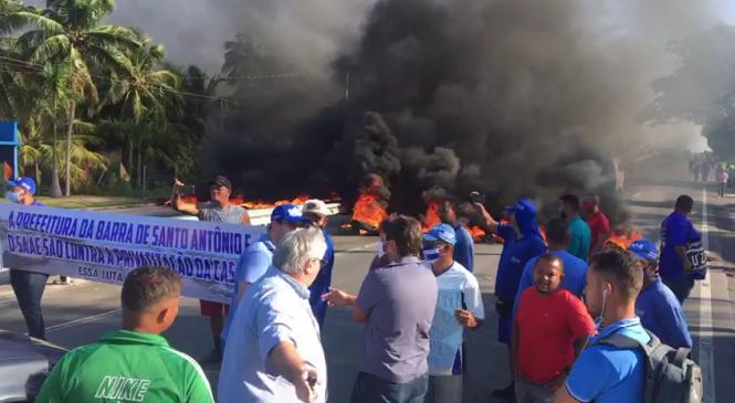 Protesto de moradores contra leilão da Casal bloqueia AL-101 Sul