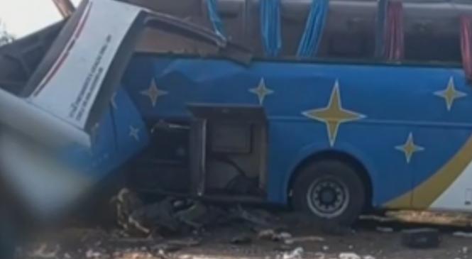Mais de 30 pessoas morrem em acidente entre ônibus e caminhão em São Paulo