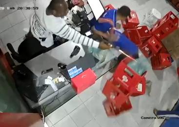 Vídeo: Suspeito morre após tiroteio em mercadinho no Santos Dummont