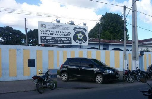 Mulher é presa em Arapiraca depois de esfaquear e ater fogo na própria mãe de 60 anos