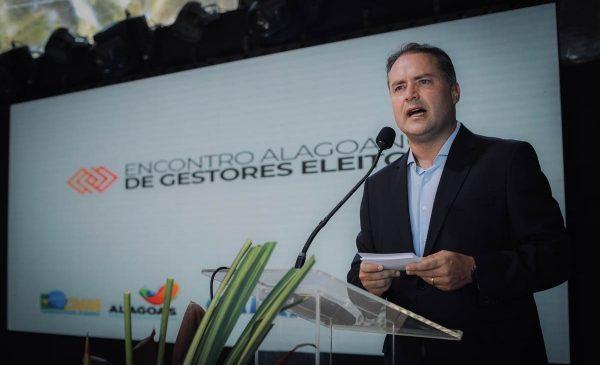 Renan Filho diz que Bolsonaro deveria falar mais sobre investigar os filhos dele