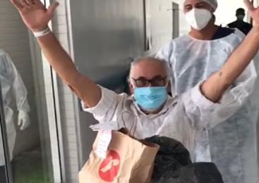 Emocionado, Neno Canuto recebe alta após internação por covid-19