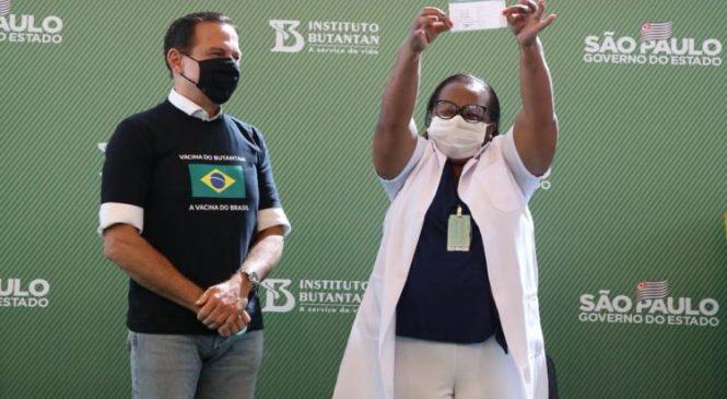 São Paulo tem a primeira mulher vacinada e Dória chama Pazuello de mentiroso