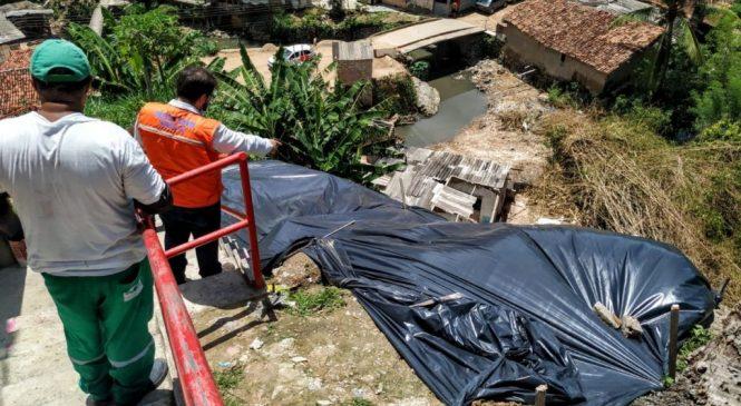 Defesa Civil de Maceió implanta lonas em áreas de risco de deslizamento
