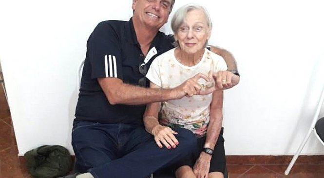 Bolsonaro fala em vacinação para economia se normalizar, mas nem a mãe de 93 anos foi vacinada