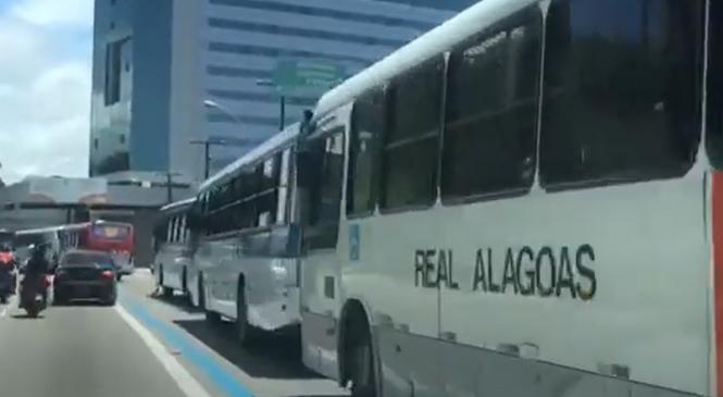 Protesto de rodoviários trava trânsito no Centro de Maceió