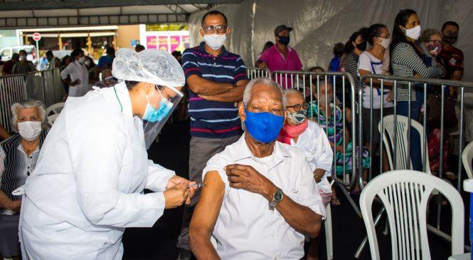 Vacinação dos idosos acima dos 85 anos contra Covid-19 segue até quarta em Maceió