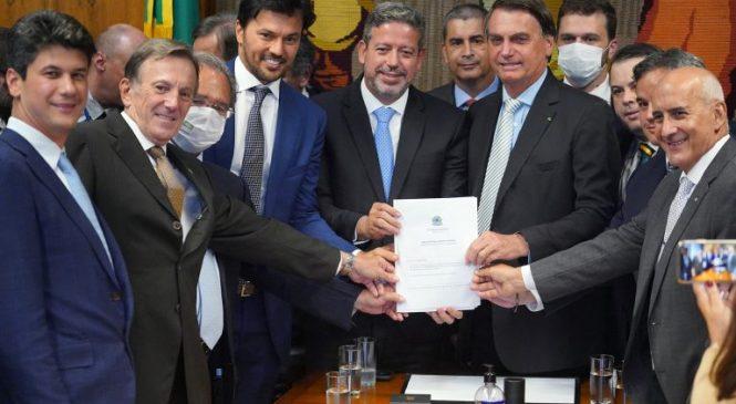 Bolsonaro entrega na Câmara proposta de privatização dos Correios