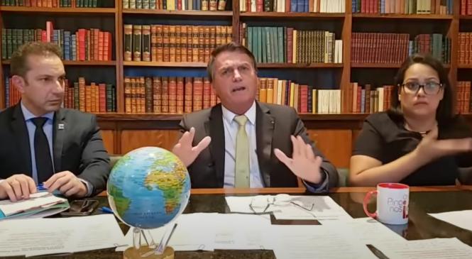 Ao lado de globo terrestre, Bolsonaro diz ser 'fácil impor uma ditadura no Brasil'