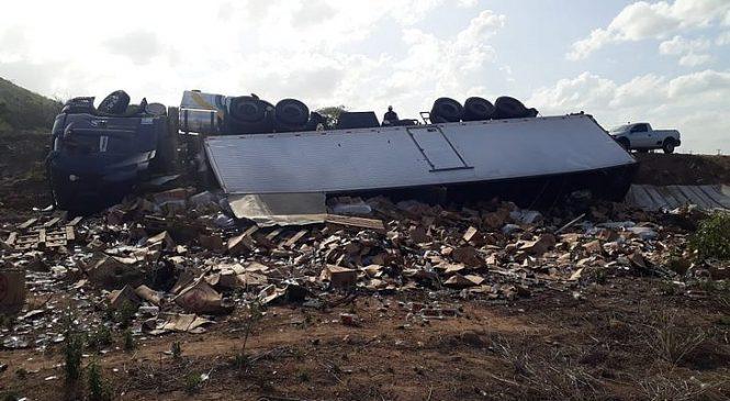 Caminhão que carregava cachaça tomba em Igaci, na rodovia AL-115
