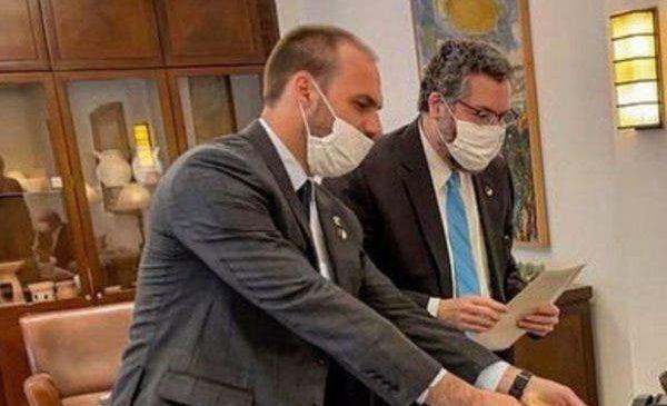 'Enfia no rabo', Eduardo Bolsonaro sobre usar máscara contra Covid