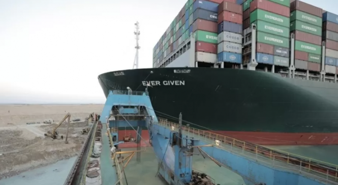 """Navio é """"quase"""" desencalhado Canal de Suez após 6 dias e perdas de bilhões de dólares"""
