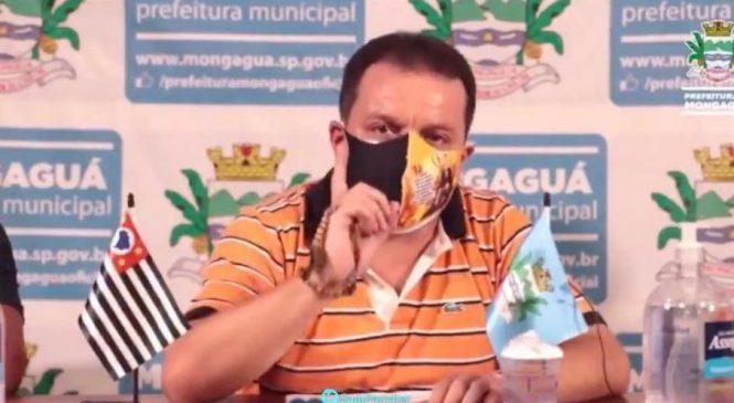 Vídeo: Prefeito chora em live ao falar de pai e irmão comerciantes mortos pela covid-19