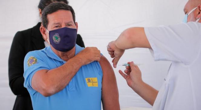 Mourão é vacinado contra Covid-19: 'Fiz minha parte como cidadão consciente', diz