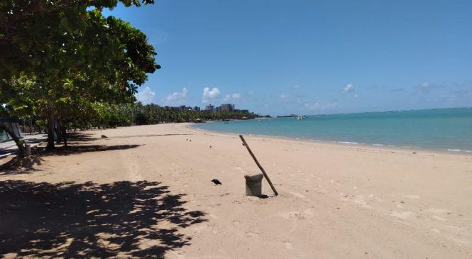 Praias de Maceió: sem banhistas, sem bares, nem ambulantes à beira mar