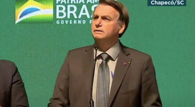 Bolsonaro surta, diz que mundo não combateu HIV e que na África há ivermectina, não vacina