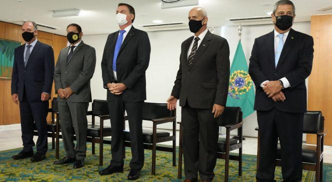 Ministros tomam posse em cerimônia fechada