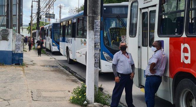 Rodoviários fazem protesto e param ônibus na Fernandes Lima