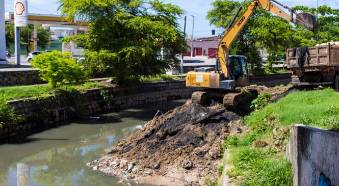 Prefeitura de Maceió inicia limpeza do Riacho Salgadinho