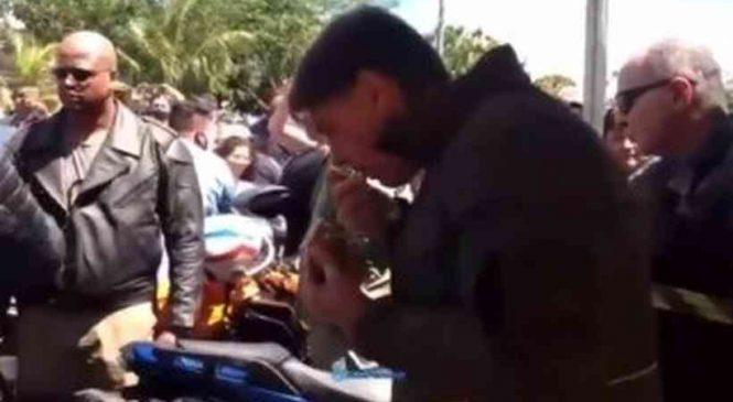 Sem máscara, Bolsonaro é barrado em barraca por vendedora de frango