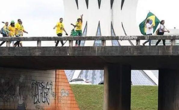 """""""Brasil acima de tudo"""" em uma foto e um vídeo"""