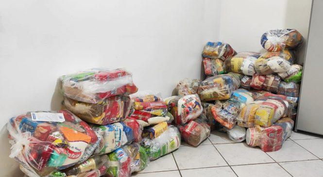 Prefeitura distribui cestas básicas para guias de turismo de Maceió