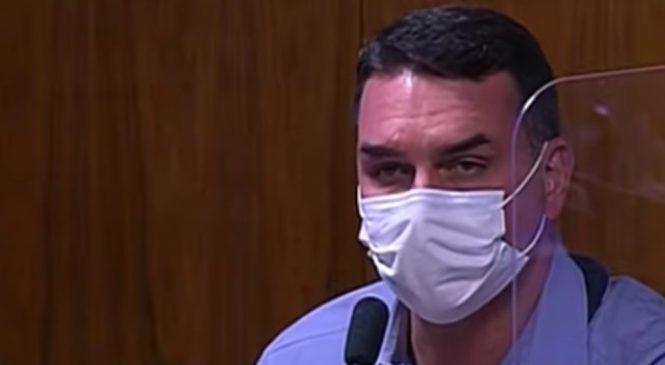Flávio Bolsonaro critica 'negacionismo do óbvio' e defende Ernesto Araújo, que mentiu na CPI