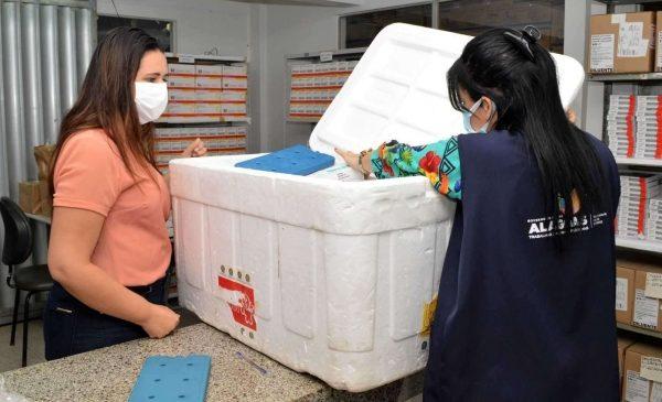 Chegada de 96.500 doses de vacinas da AstraZeneca reforça imunização em Alagoas