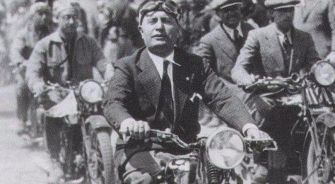Líder fascista reúne milhares de apoiadores em passeio de moto
