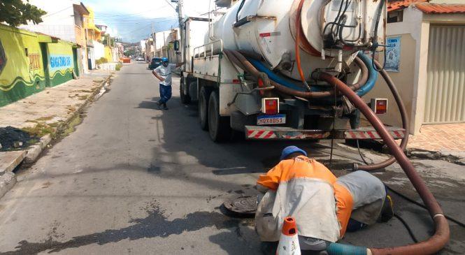 Prefeitura retira 2,5 toneladas de resíduos sólidos em bocas de lobo na Av. Fernandes Lima