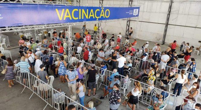 Maceió vacina adolescentes, aplica 2º dose em adultos e a de reforço em idosos e profissionais da saúde