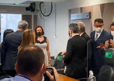 "Carla Zambelli invadiu CPI da Pandemia para ""defender"" Fabio Wajngarten"