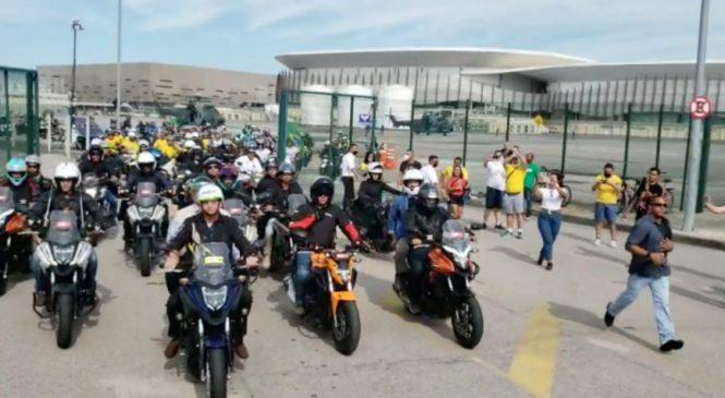 Vídeo: Bolsonaro faz passeio de moto com apoiadores no Rio de Janeiro