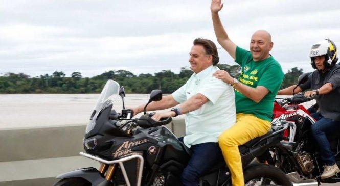 Bolsonaro passeia de moto sem capacete com Hang  e diz que decreto já está pronto