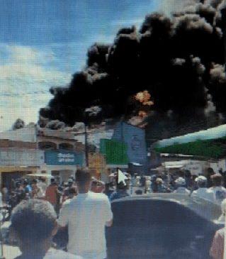 Vídeos: incêndio destrói loja de reciclados na feirinha do Tabuleiro