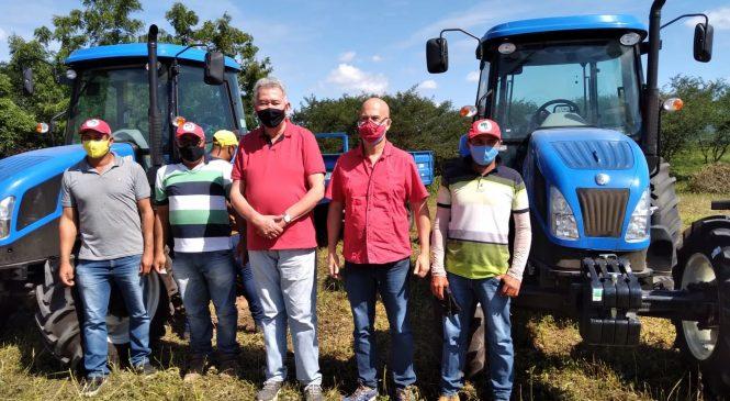 Paulão entrega 2 tratores para trabalhadores de assentamentos em comunidade de Girau do Ponciano
