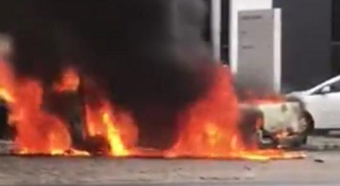 Carro pega fogo na Avenida Fernandes Lima, em Maceió