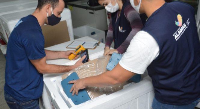 Alagoas recebe 104.490 doses de vacinas contra Covid-19 e distribuição começa nesta sexta