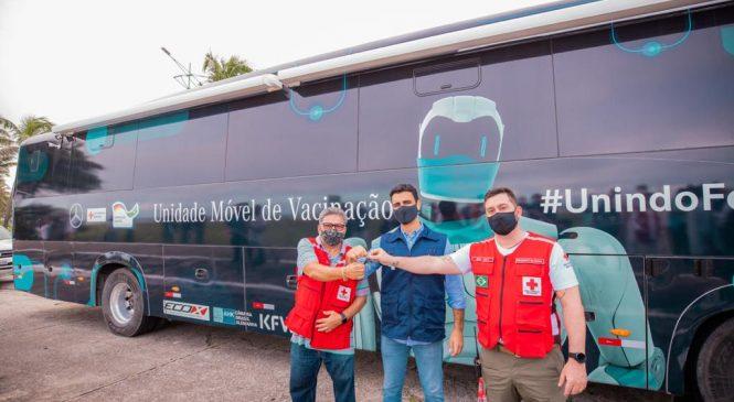 Busão da Vacina circula nas ruas para vacinar maceioense com 54 anos