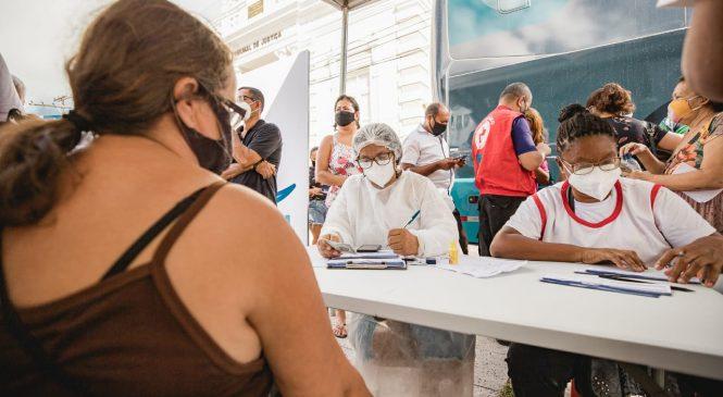 Ônibus da vacina está hoje no Santos Dumont e maceioenses com 52 anos ou mais são imunizados