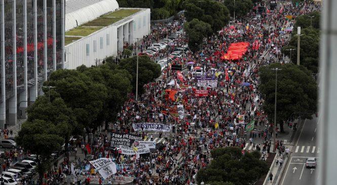 Bolsonaro diz que protestos contra ele são feitos por uma 'maioria de pobres coitados'