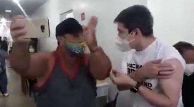 Bolsonarista provova Randolfe em posto de vacinação e senador promete prisão do presidente