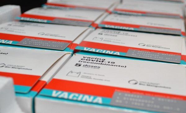Com novas doses da AstraZeneca e Pfizer, Governo de AL vai imunizar pessoas a partir de 53 anos