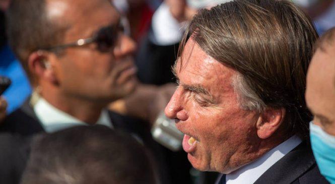 """Acuado com o Covaxingate, Bolsonaro insulta jornalistas e Centrão aproveita o """"ou dá ou desce"""""""